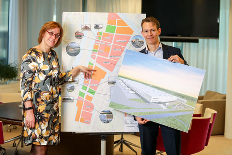 Breugelmans and Nieuwegein aldermen Ellie Eggengoor sign contract for HEMA